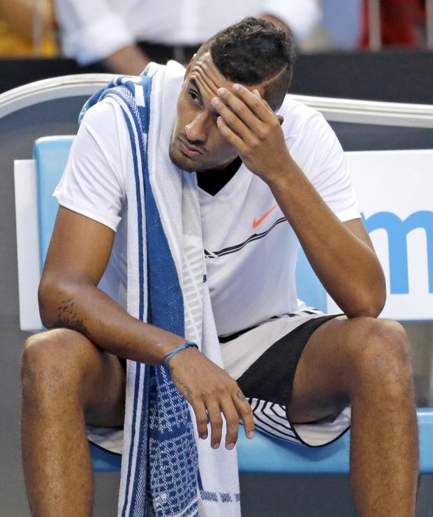 Kyrgios senta após perder o terceiro set da partida contra Seppi (Aaron Favila/AFP)
