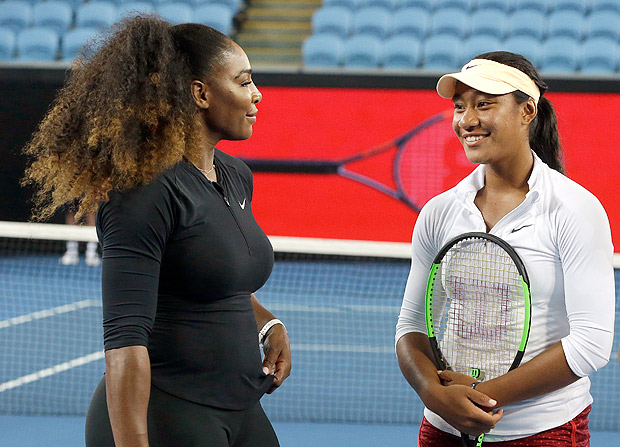 Serena Williams e Destanee Aiava conversam durante treino na Austrália