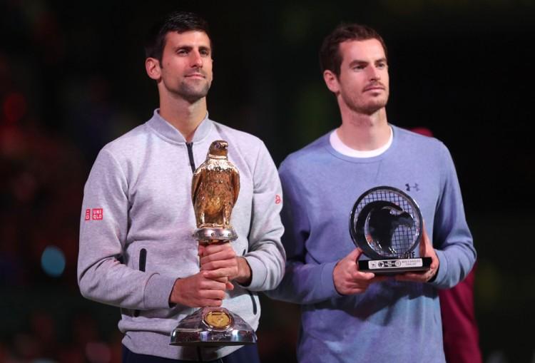 Novak Djokovic e Andy Murray posam com os troféus em Doha (Karim Jaafar/AFP)