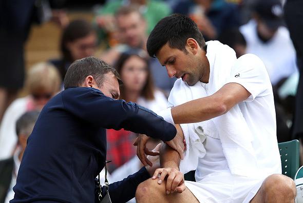 Novak Djokovic recebe atendimento em Wimbledon