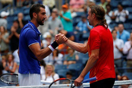 Marin Cilic e Tennys Sandgren se cumprimentam após a partida (Mike Segar/Reuters)