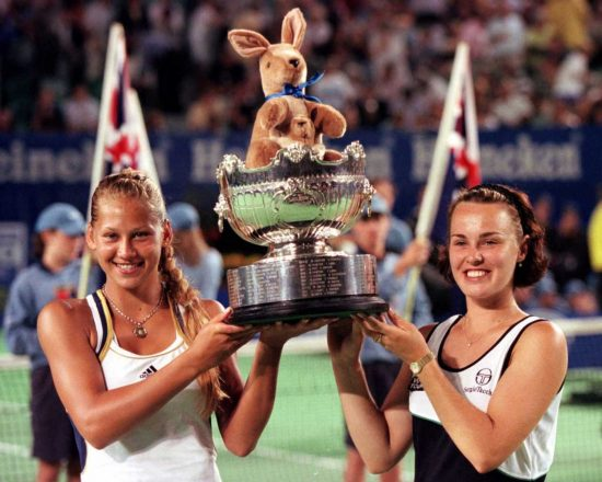 Anna Kournikova e Martina Hingis com o troféu do Aberto da Austrália em 1999 (Sean Garnsworthy/Associated Press )