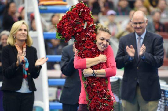 Na China, Simona Halep recebe um número um feito de flores ao alcançar o posto (Ju Huanzong/Xinhua)
