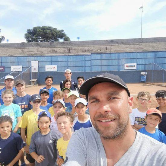Leo Azevedo com alunos do projeto Ícaro