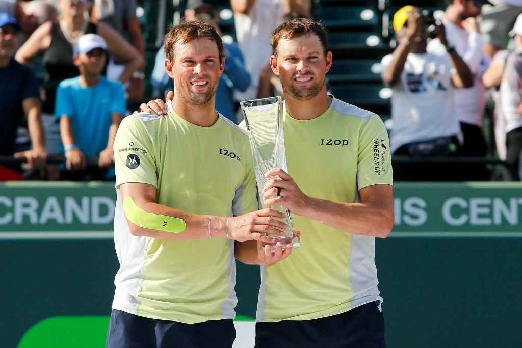 Bob Bryan e Mike Bryan com o troféu do Masters de Miami (Michael Reaves 31.mar.18/AFP)