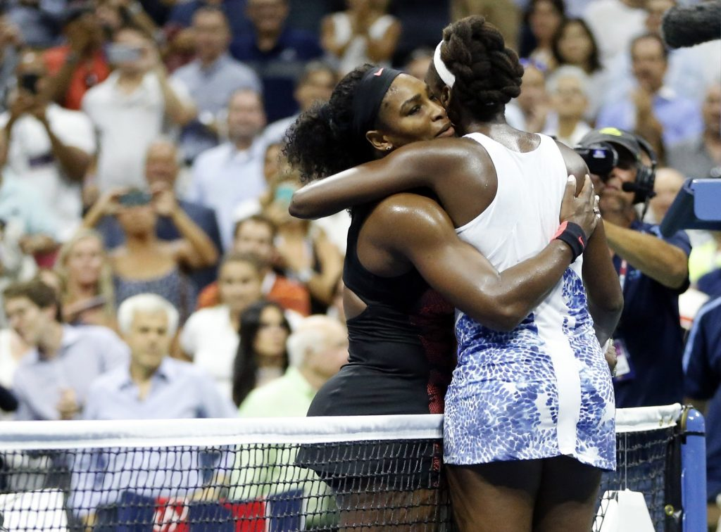 Serena (à esq.) e Venus se abraçam após jogo no Aberto dos EUA de 2015 (Julio Cortez - 8.set.15/Associated Press)