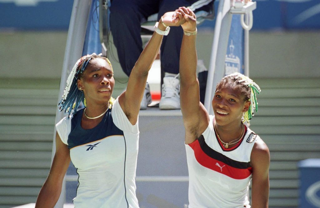 Venus (à esq.) e Serena no primeiro duelo, em 1998 (Rick Stevens - 21.jan.98/Associated Press)